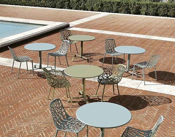 chaise forest bleu claire fauteuil vert sauge table tonik elica ronde bleu clair et sauge